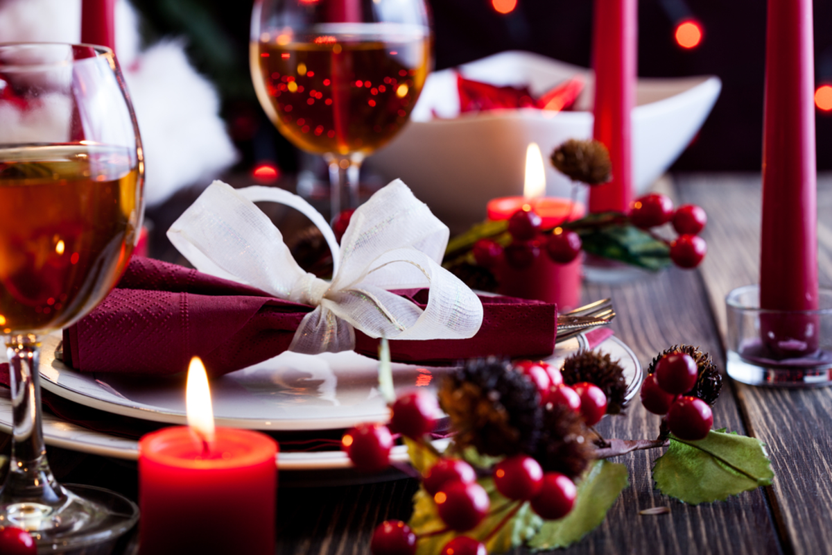 red-and-white-table-setting-holiday-party