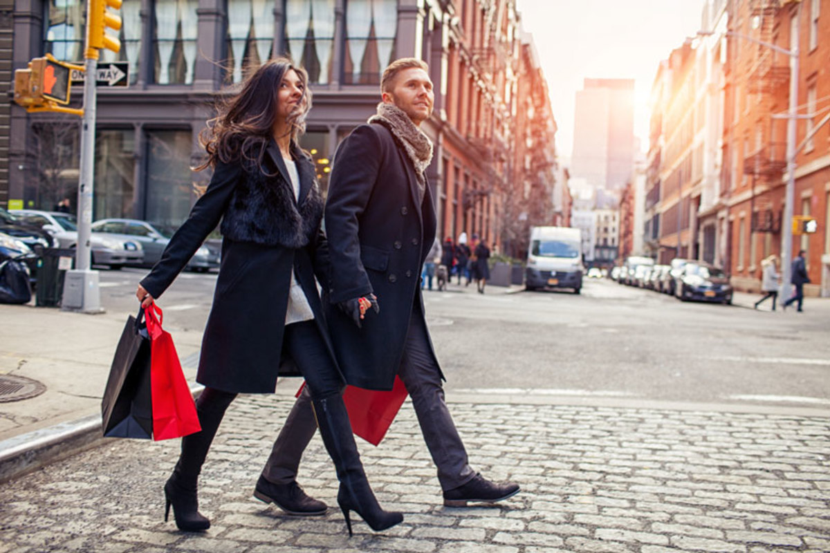 fashionable-couple-shopping-in-new-york