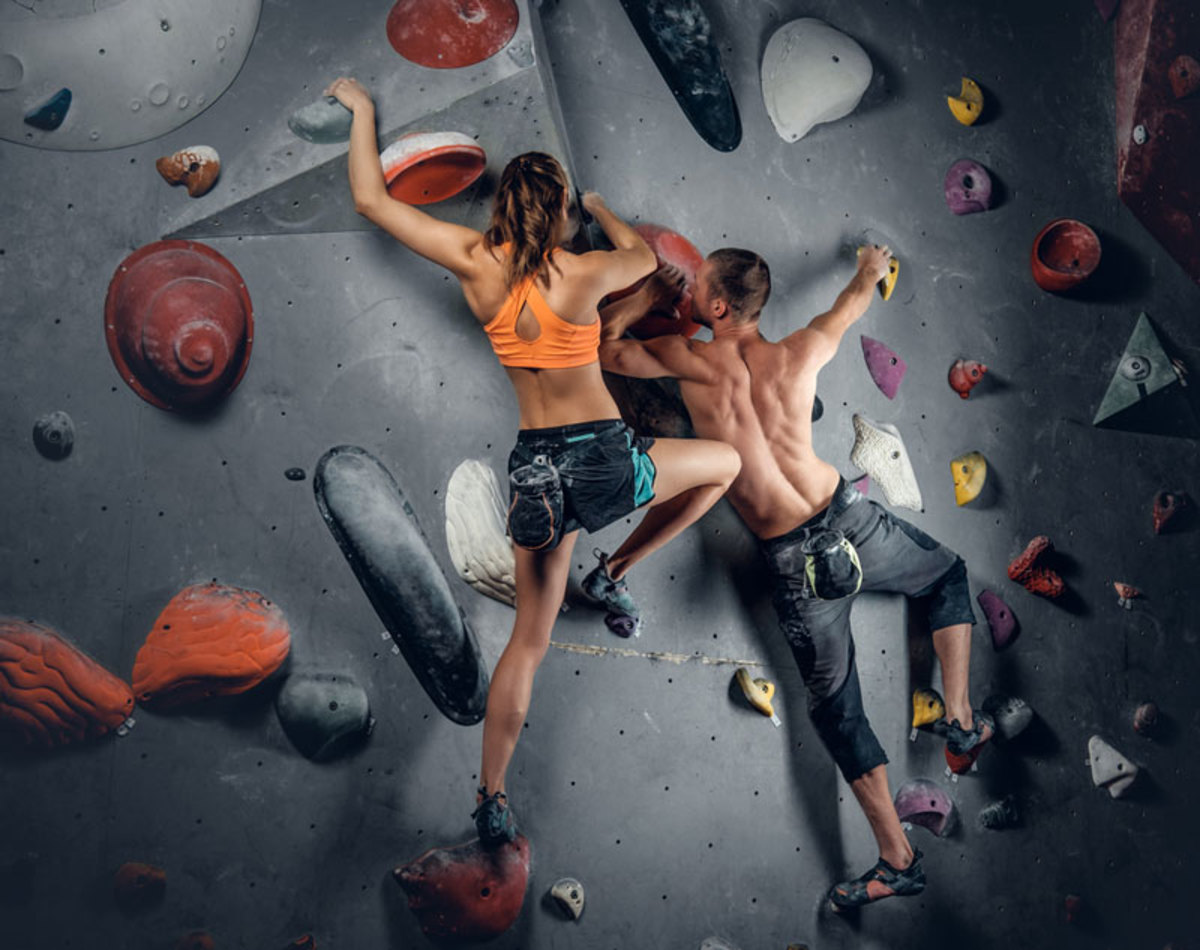 couple-climbing-in-indoor-gym-at-chelsea-piers-nyc