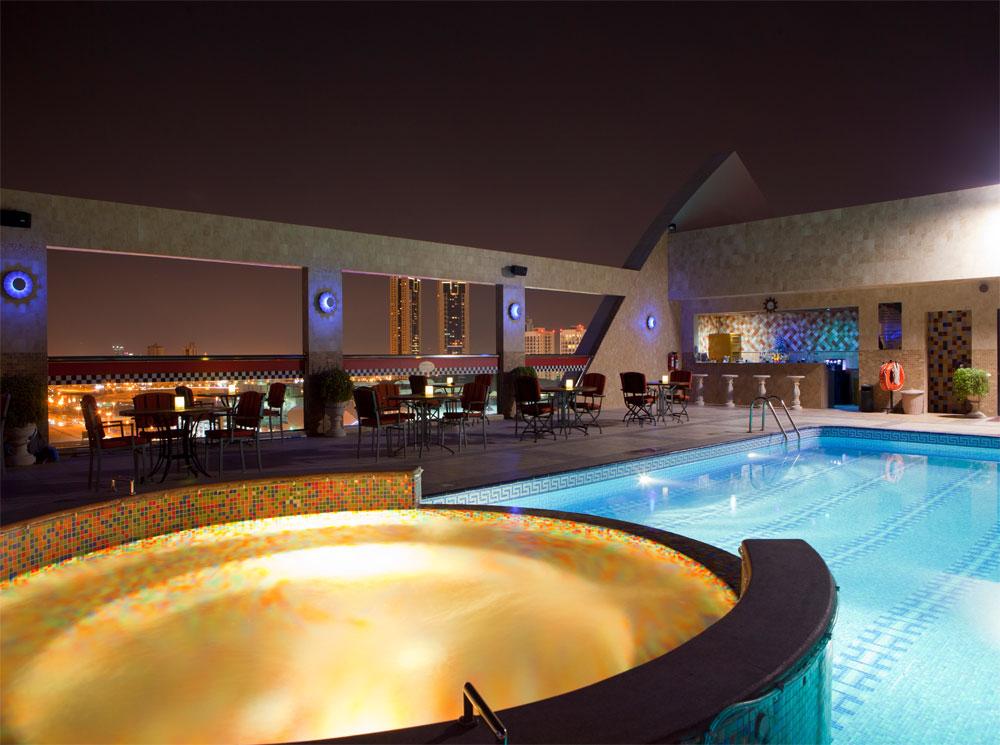 elite grande poolside
