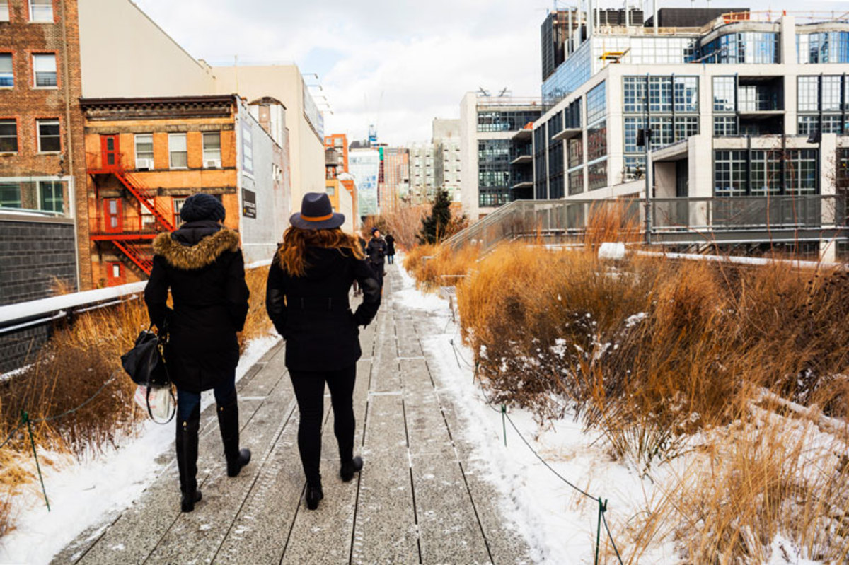 people-walking-along-the-high-line-in-winter